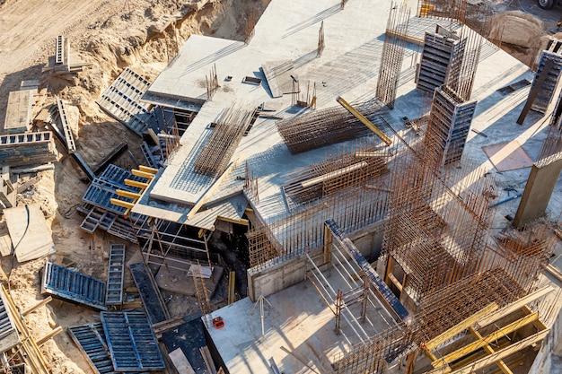 Projeto de armadura de reforço para cofragem de casa de tijolo com estrutura de concreto