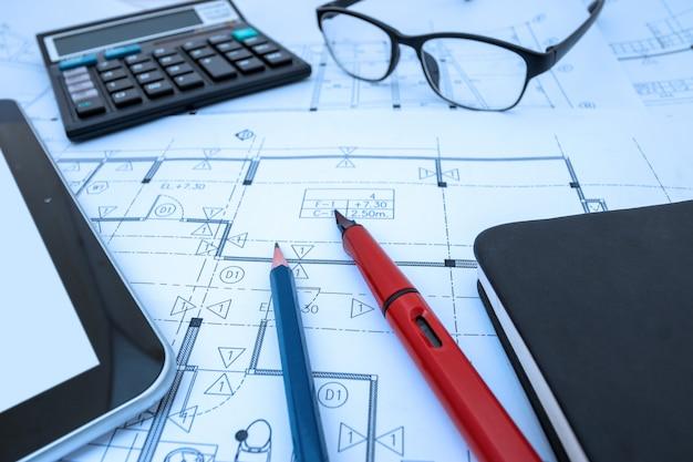Projeto de arquiteto, trabalhando o desenho esboçar planos de plantas no estúdio do arquiteto