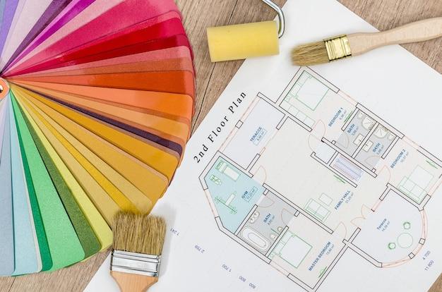Projeto de casa e amostra de cor com pincéis