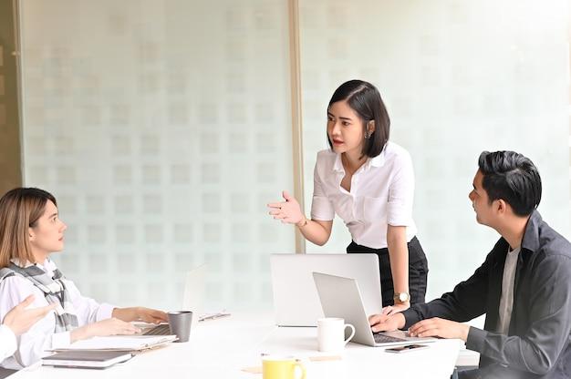 Projeto de discussão de equipe de negócios jovem na sala de reuniões.