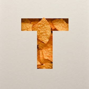 Projeto de fonte, fonte do alfabeto abstrato com salgadinhos de milho triângulo, tipografia de folhas realistas - t