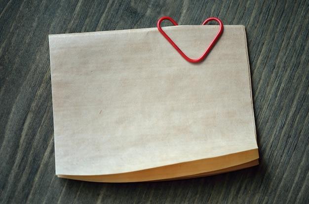Projeto de layout para o dia dos namorados com papel de nota com clipe em forma de coração