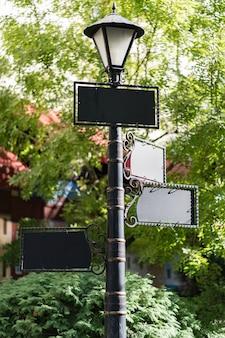 Projeto de maquetes em branco em poste de lanterna ao ar livre
