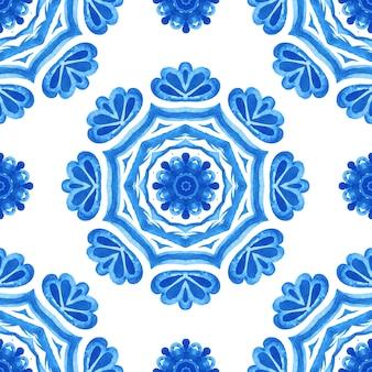 Projeto de tecido de telhas orientais de padrão aquarela azul sem costura lindo. ornamento turco. mosaico marroquino.