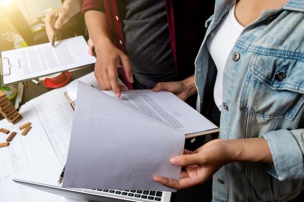 Projeto de trabalho em equipe de negócios, plano de novo projeto de inicialização, reunião de gerentes de finanças, smartphone de design de computador com tela de encaixe de tablet digital usando, na luz da manhã.