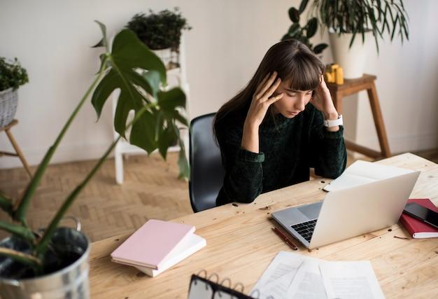 Projeto de trabalho freelancer de mulher pensativa, sentindo-se estressado, prazos perdidos