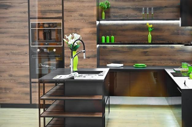 Projeto de uma cozinha de madeira escura com decoração ecológica verde.