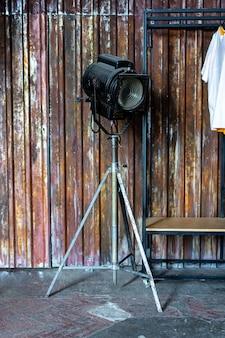Projeto do sotão interior do camarim. parede de metal e cinema relâmpago e t-shirt branca no fundo. reflexo da luz solar copyspace para texto e design.