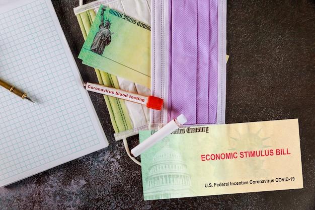 Projeto financeiro de pacote de estímulo: americanos recebem pagamentos de emergência eua verificam pandemia global do covid 19