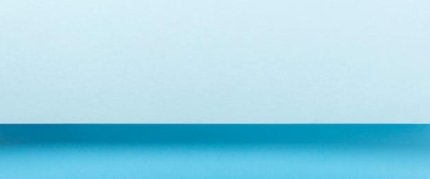 Projeto material de papel dobrado azul colorido horizontalmente. vista superior, configuração plana. bandeira.