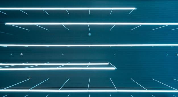 Projeto moderno da lâmpada fluorescente do teto no escritório de negócio do espaço do co-funcionamento