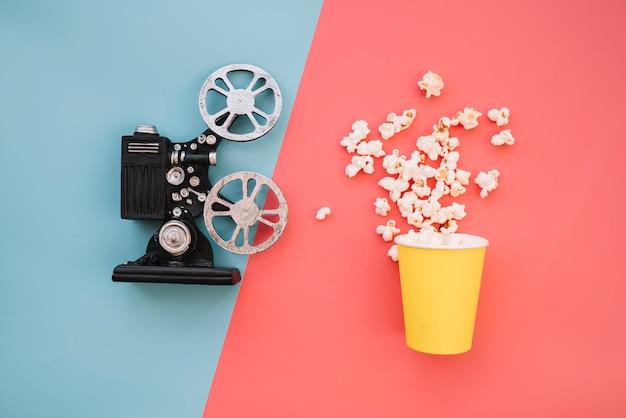 Projetor de filme com uma caixa de pipoca