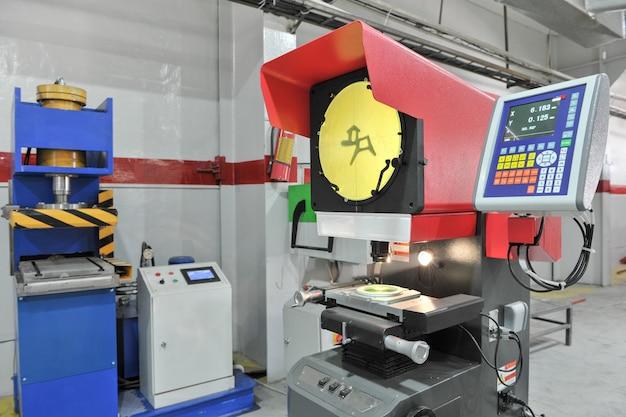 Projetor de perfil para medição industrial. projetor de perfil óptico para medir em produção