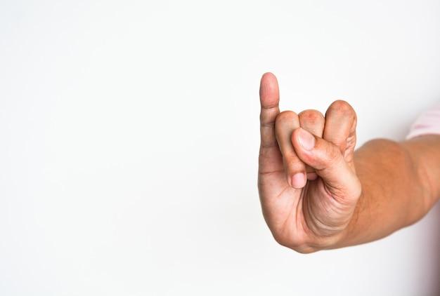 Promessa de sinal de mão, close-up mão de homem, mostrando o dedo mindinho no fundo branco