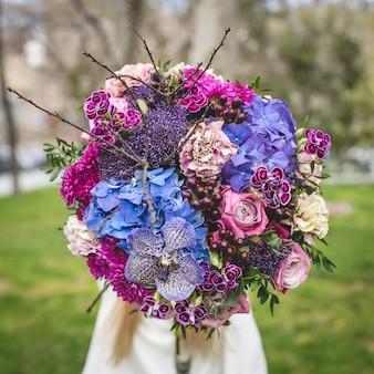 Promovendo um buquê de flores mistas em um parque
