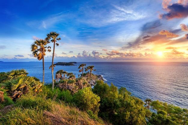 Promthep cape viewpoint ao pôr do sol em phuket, tailândia.