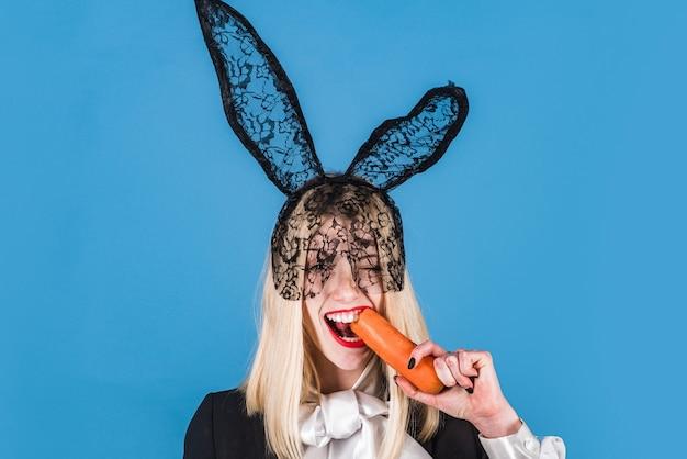 Pronto para a festa. feliz páscoa, uma mulher bonita e moderna está usando orelhas de coelho na cabeça. páscoa