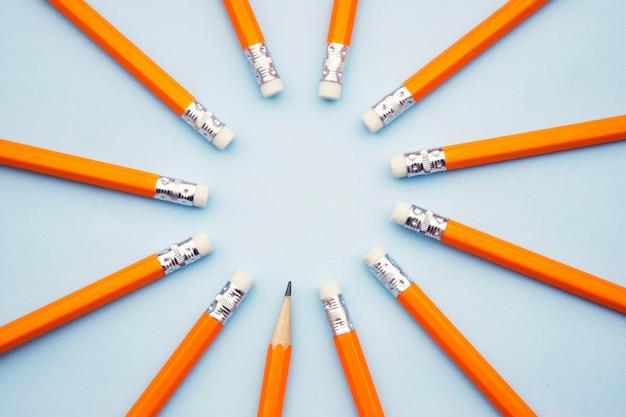 Pronto para adicionar texto. businesseducational. lápis amarelos em azul.