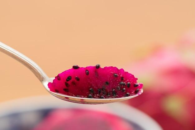 Pronto para comer. fruta do dragão (pitaya) em uma colher