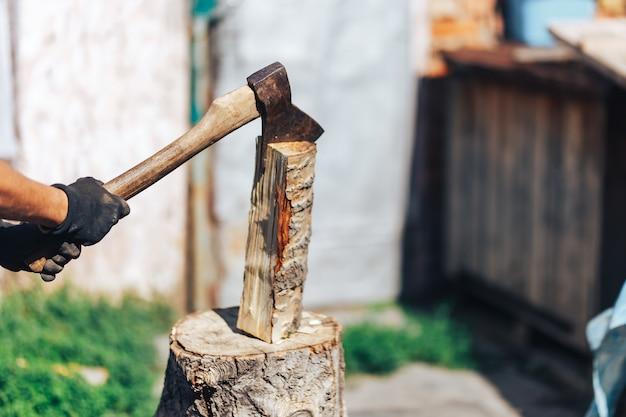 Pronto para cortar madeira. close-up, de, machado, corte, log, enquanto, outro, toras, deitando, em, a, fundo