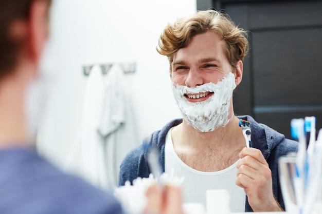 Pronto para fazer a barba