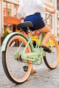 Pronto para um passeio. close de uma jovem andando de bicicleta na rua