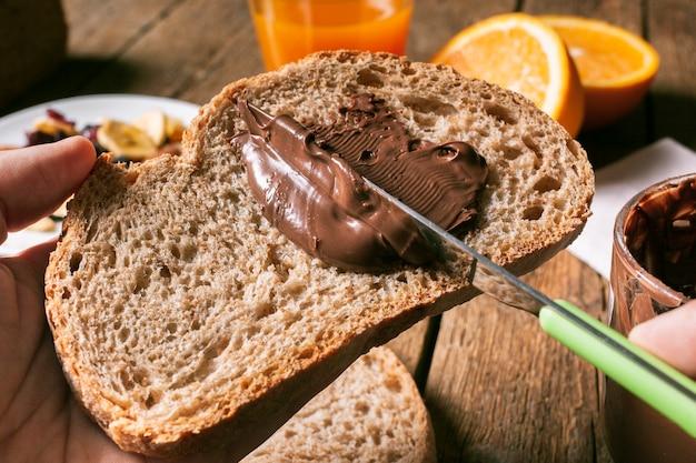 Propagação de chocolate na fatia de pão