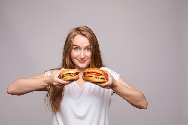 Propaganda de dois hambúrgueres com frango e salada suculentos.