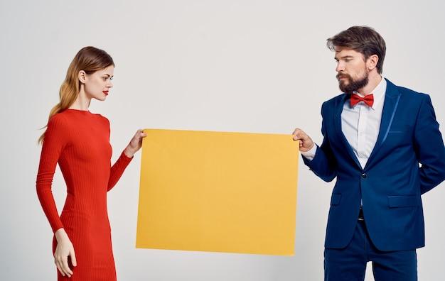Propaganda homem e mulher pôster maquete luz espaço