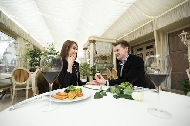 Proposta de casamento em restaurante