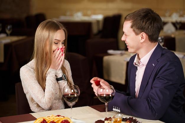 Proposta de casamento em um restaurante