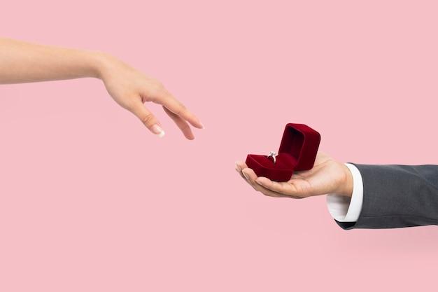 Proposta de noivado mãos com homem e mulher