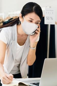 Proprietário da empresa em máscara facial, o novo normal