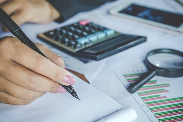 Proprietário da empresa fazendo contabilidade mensal