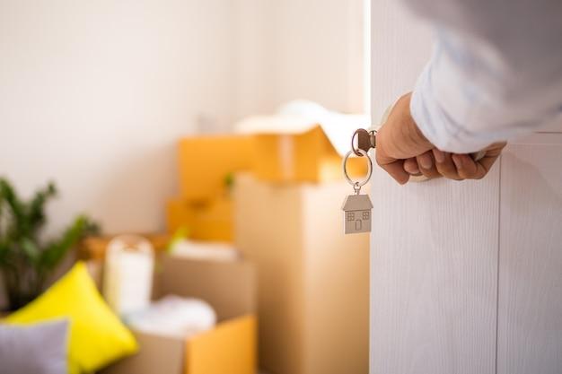 Proprietário da nova casa abre a porta