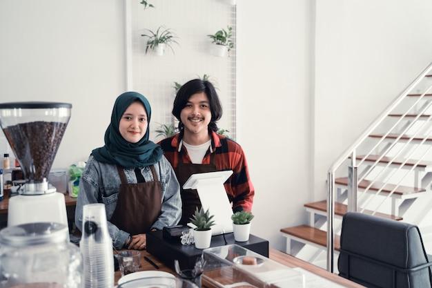 Proprietário de café muçulmano com parceiro