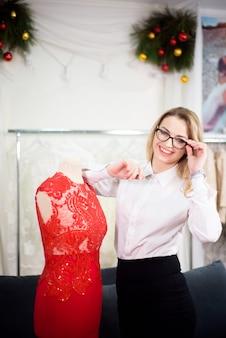 Proprietário de empresa de mulher feliz em sua alfaiataria. local de trabalho aconchegante, trabalho remoto, conceito de negócio.