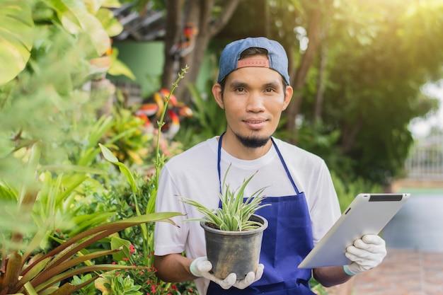 Proprietário de homem asiático compra venda de jardinagem para pequenas empresas online
