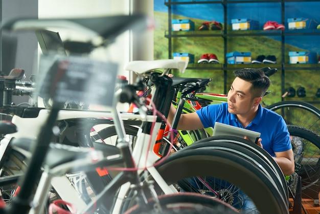 Proprietário de loja de bicicletas trabalhando