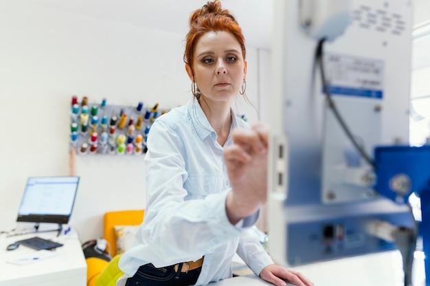 Proprietário de mulher de negócios trabalhando