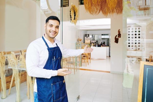 Proprietário de padaria convidando clientes