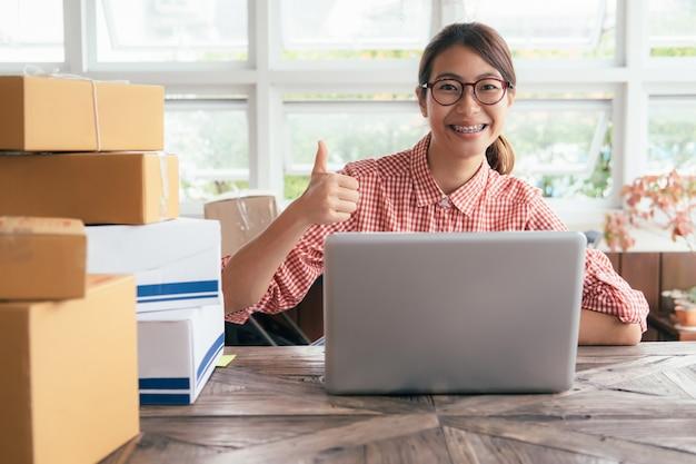 Proprietário de pequenas empresas online.