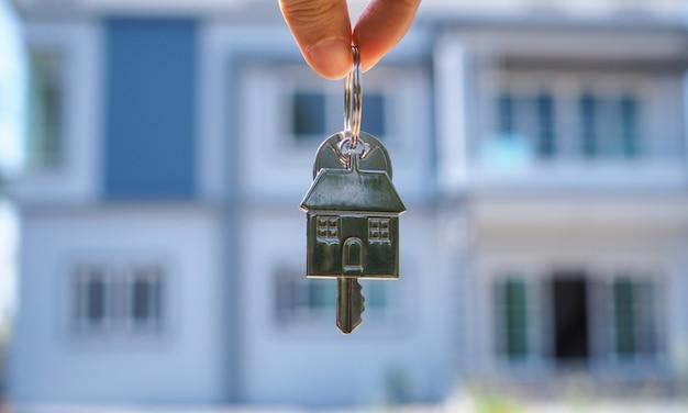 Proprietário desbloqueia a chave da casa para nova casa