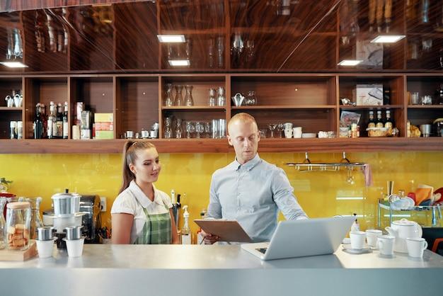 Proprietário e barista de cafeteria de coworking
