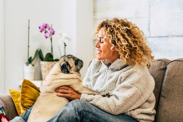 Proprietário e cão de terapia para animais domésticos
