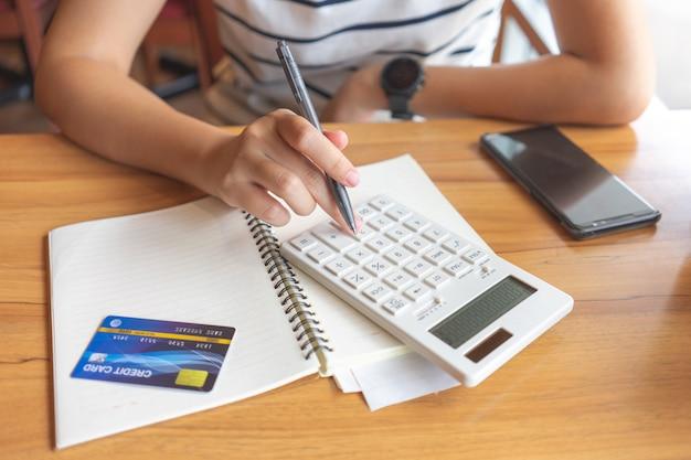 Proprietário sentado no cálculo do imposto anual pulseiras do volume de negócios para reduzir o imposto.