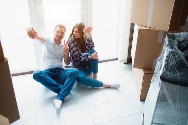Proprietários de casa felizes. casal tomando selfie com smartphone depois de se mudar para nova casa