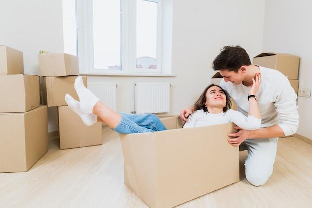 Proprietários de casa jovens amorosos desfrutando de realocação em casa nova