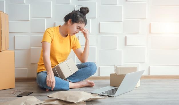 Proprietários de negócios online mulheres asiáticas se sentem mal as vendas online diminuíram