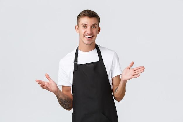 Proprietários de pequenas empresas, café e conceito de pessoal. barista simpático e bonito convidando para visitar o restaurante, estamos abertos, sorrindo alegres ao receber o pedido do hóspede, com fundo branco.
